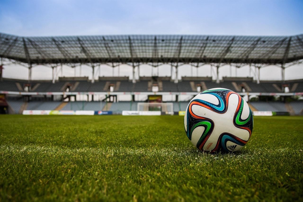 voetbal op grasveld stadion